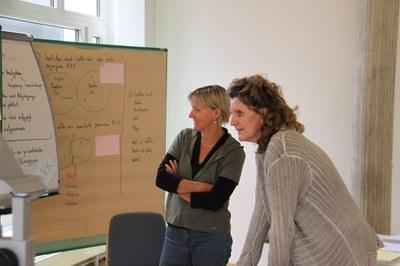 Zwei Frauen betrachten ein Flipchart ©PZ.BS